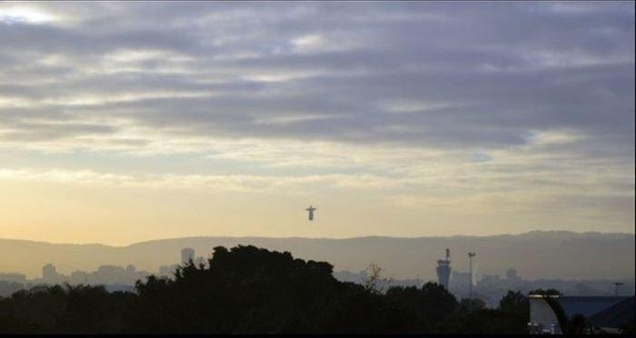 Летающая статую Христа (7 фото)