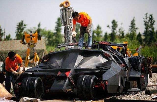 Бэтмобиль из мусора (5 фото)