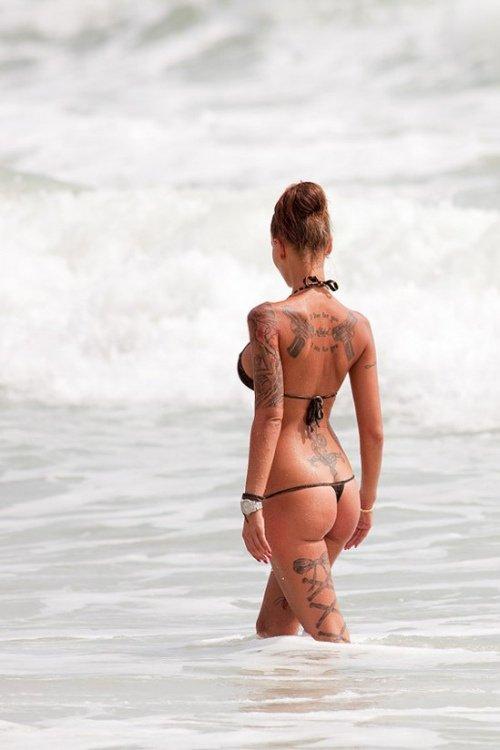 Девушки с татуировками пистолетов (30 фото)