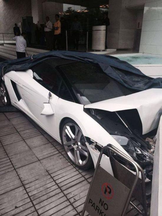 Неудачно припарковал Lamborghini (5 фото)