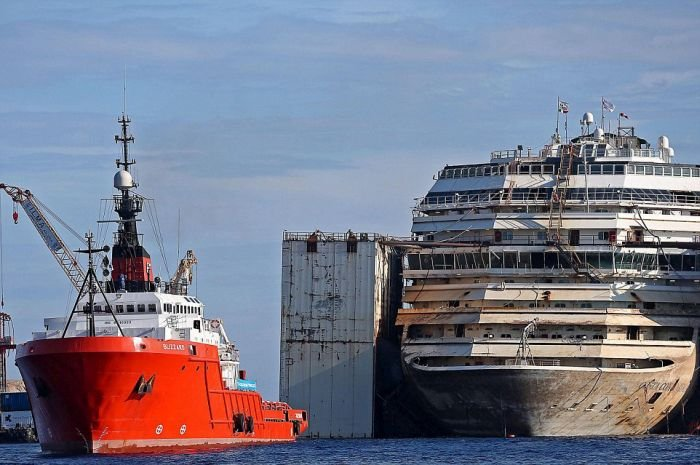 Круизный лайнер Коста Конкордия покидает место крушения (13 фото)