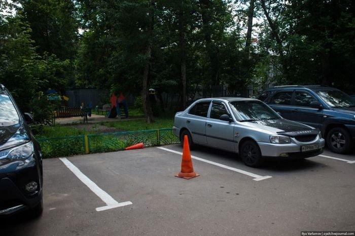 Как отучить соседей занимать место на парковке (2 фото)