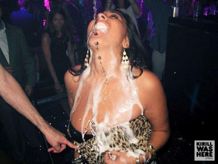 Девушки пьют шампанское (35 фото)