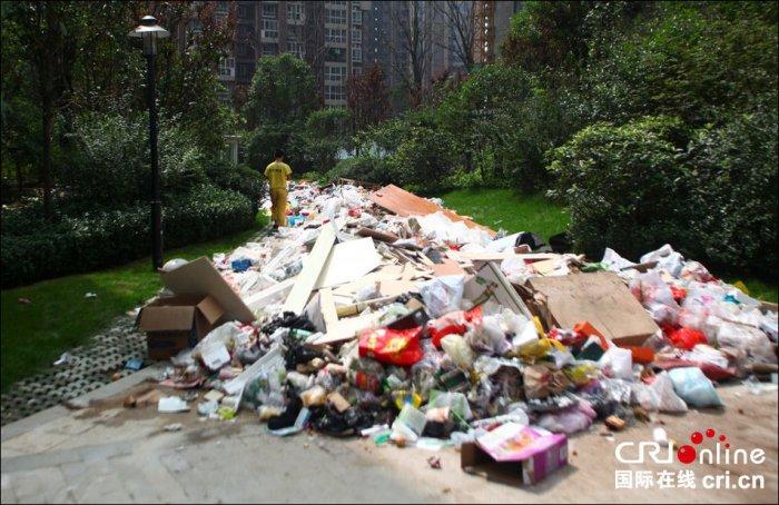 Горы мусора в китайском Сиане (4 фото)