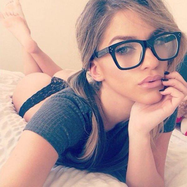 Фото девушек в очках дома, жена уговорила мужа на секс в троем порно онлайн смотреть