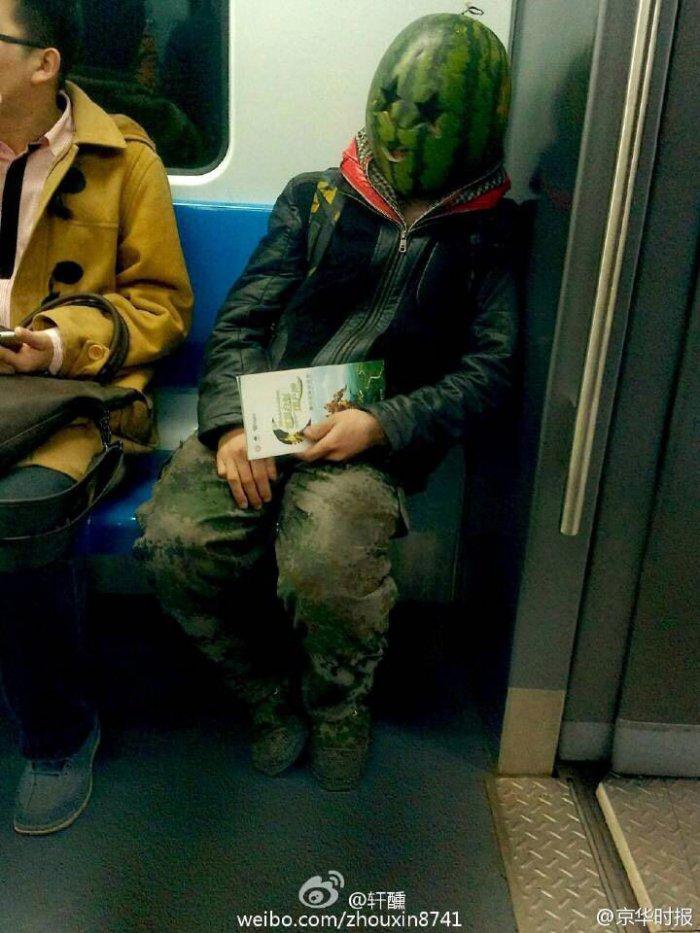 Человек с арбузом (5 фото)