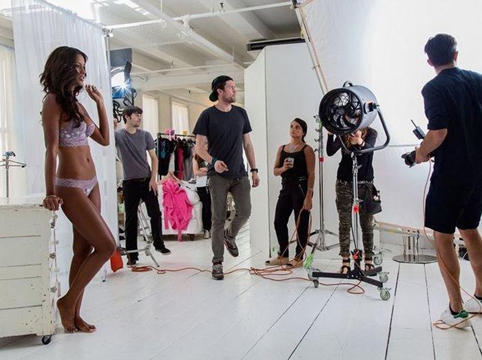Как снимают рекламу нижнего белья (19 фото)