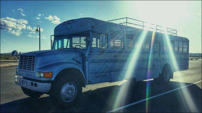 Дом на колесах из старого автобуса (12 фото)