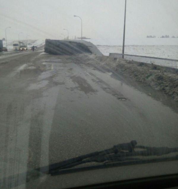 Грузовик повис на мосту (4 фото)
