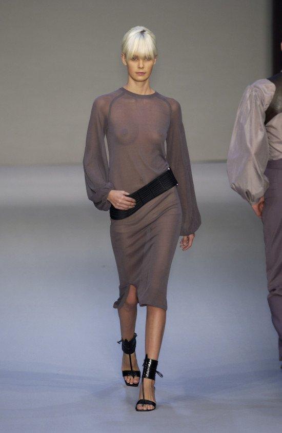 Модели в откровенных нарядах (26 фото)