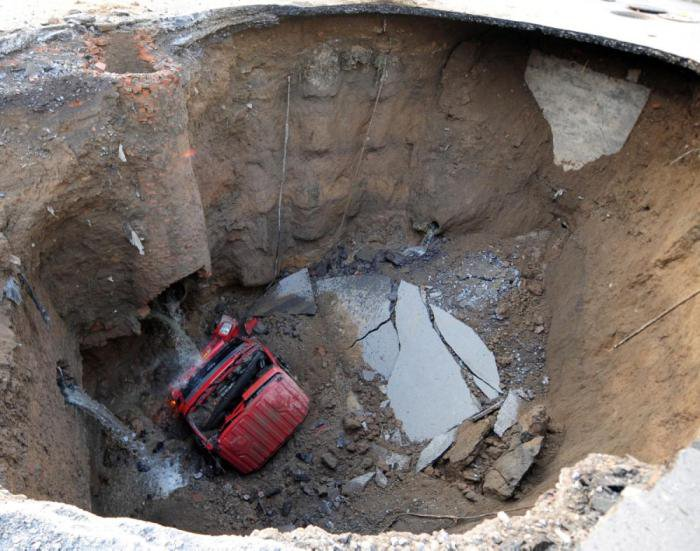 Провалы грунта (28 фото)