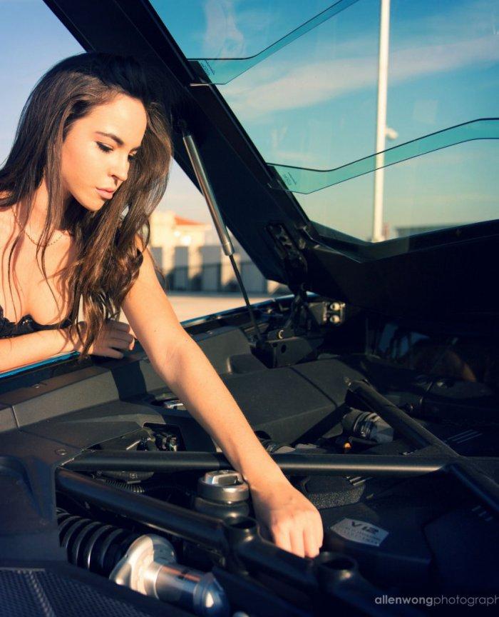 Девушки и автомобили (28 фото)