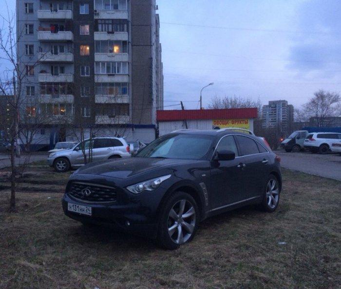 Не стоит парковаться на газоне (2 фото)