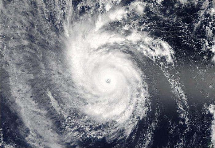 Тайфун Майсак из космоса (10 фото)