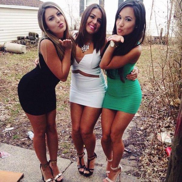 Девушки в обтягивающих платьях (51 фото)