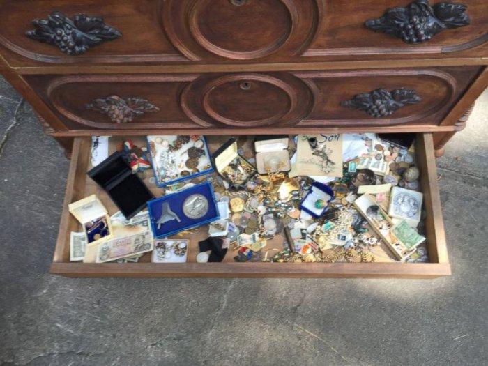 Сюрприз в старом комоде (6 фото)