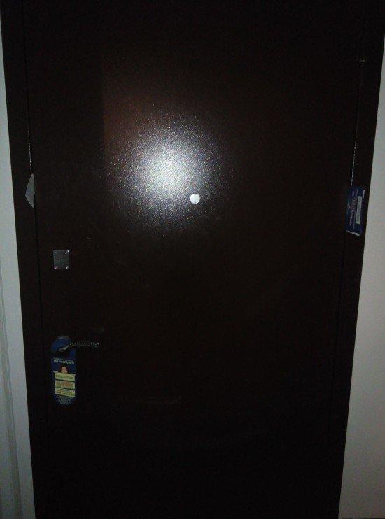 Что не так с этой дверью? (2 фото)