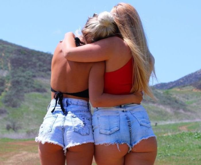 Девушки в шортах (58 фото)