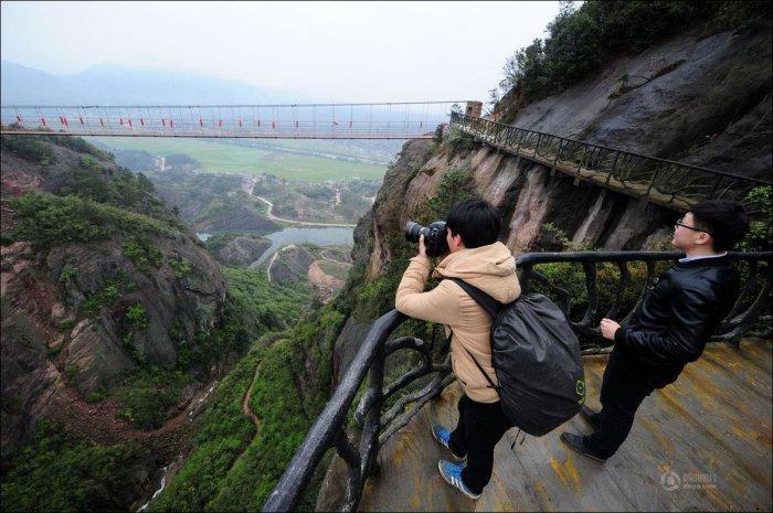 Как строят тропу для туристов в горах Китая (13 фото)