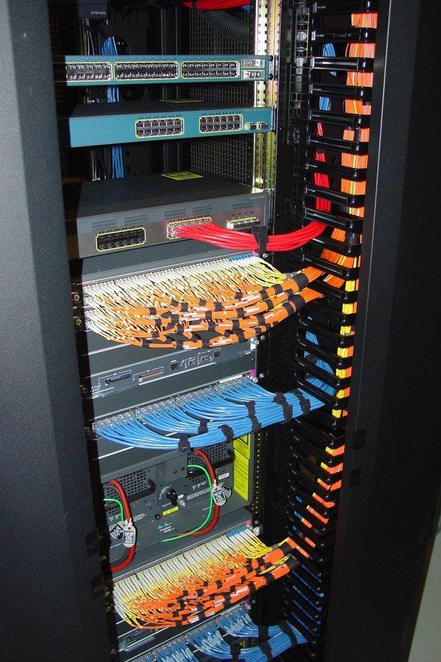 Настоящий порядок в серверных (23 фото)