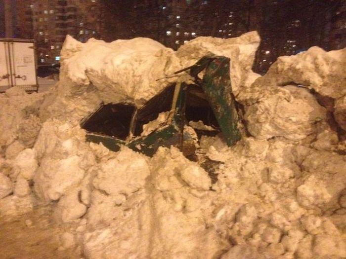 Снегобуорщик уничтожил машину (4 фото)