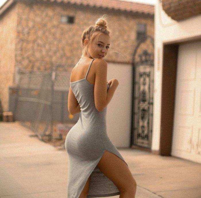 Фигуристая девушка в платье