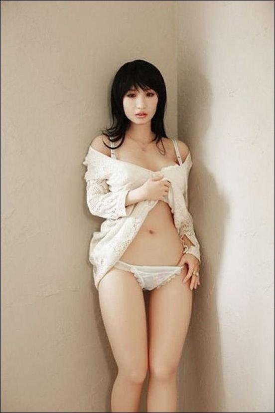 Крайне реалистичные куклы для японских мужчин (29 фото)