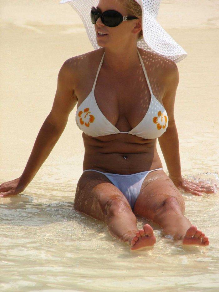 Jessica simpson models racy red bikini as she has a ball in bahamas