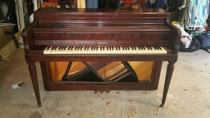 Винный шкаф из старого пианино (13 фото)