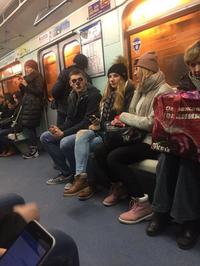 фото пассажиров в метро водными животными, например