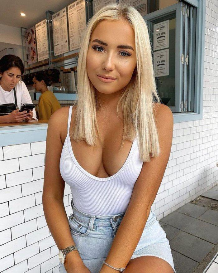 Девушки в белых маечках (24 фото)