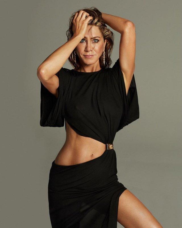 51-летняя Дженнифер Энистон демонстрирует отличную фигуру (7 фото)