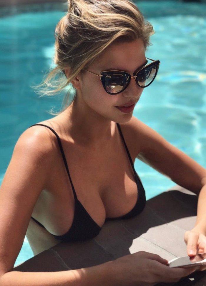Девушки в купальниках (36 фото)