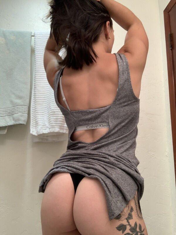 Девушки выгибают спинку