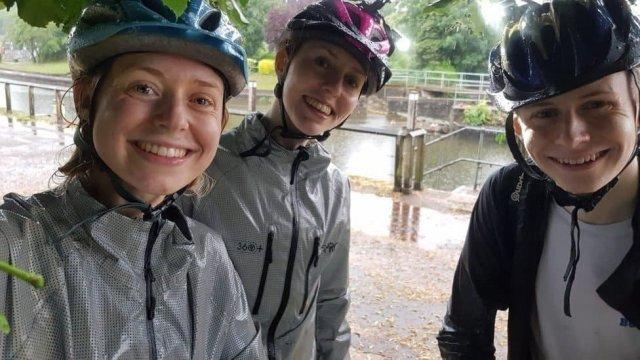 В велосипедистов ударила молния во время селфи
