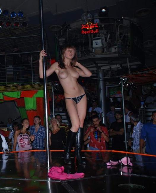 devushku-razdeli-v-strip-klube