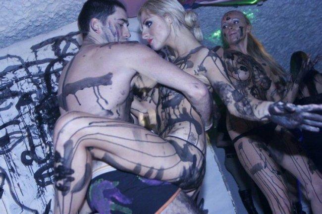 Девушки в клубах (9 фото)