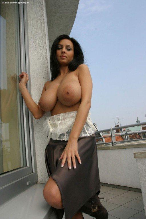 большая голая грудь в одежде сколько