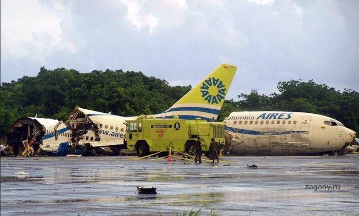 В Колумбии в самолет попала молния (10 фото)