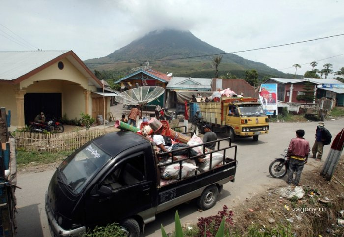 Извержение вулкана Синабунг (28 фото)