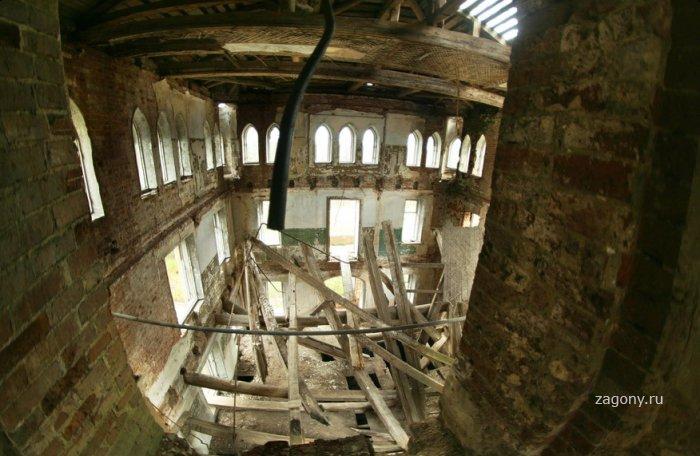 Настоящий заброшенный готический замок во Владимире (12 фото)