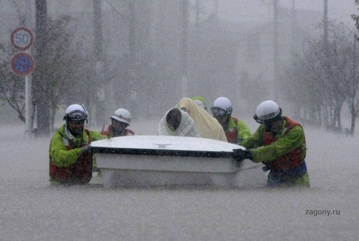Тайфун Роке обрушился на Японию (9 фото)