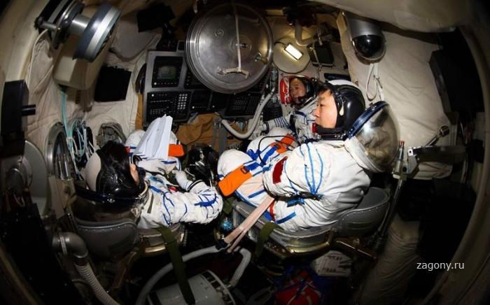 Первая женщина-космонавт из Китая (13 фото)