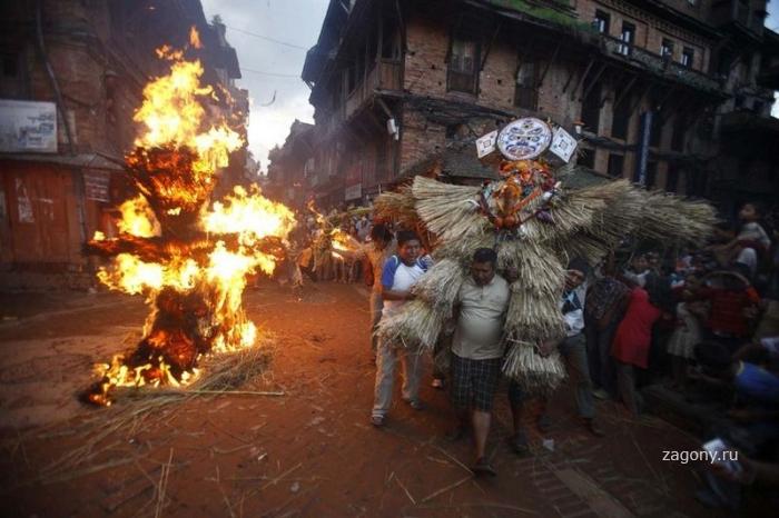 Фестиваль сожжения демонов (10 фото)